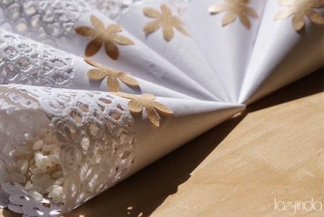 cucuruchos hechos con blondas para el arroz en las bodas