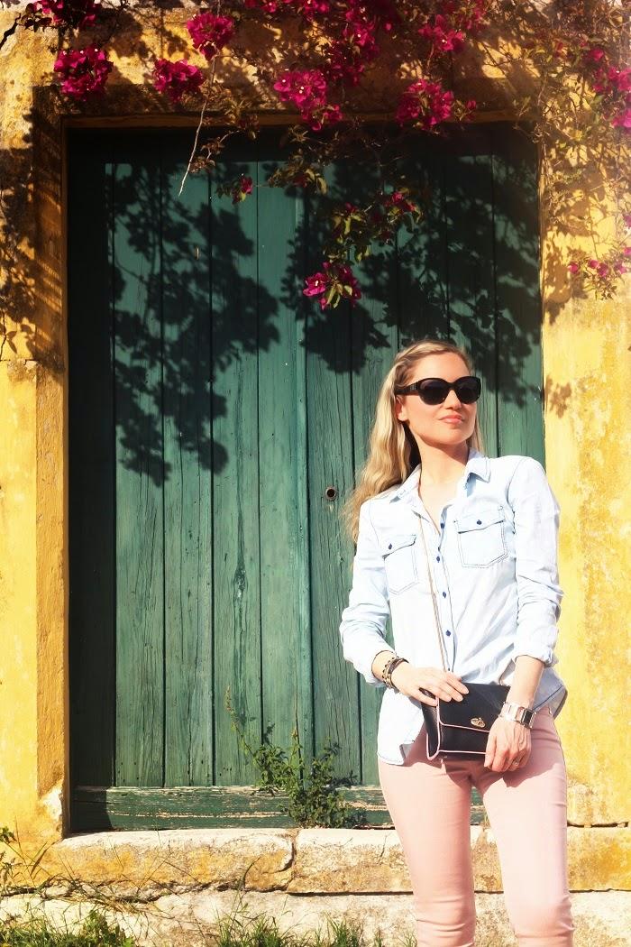 Olá a todos!! E hoje, no Look do dia, um estilo informal e descontraído, com nuances de rosa e denim e especial destaque para os ténis (de edição limitada) inspirados no tecido Chanel. Look do dia/Outfit. Ténis. Estilo Desportivo. Cores pastel, jeans, camisa de ganga. Chanel. Tendências, Primavera/Verão 2015. Dicas de Moda. Style Statement. Blog de moda portugal, blogues de moda portugueses.