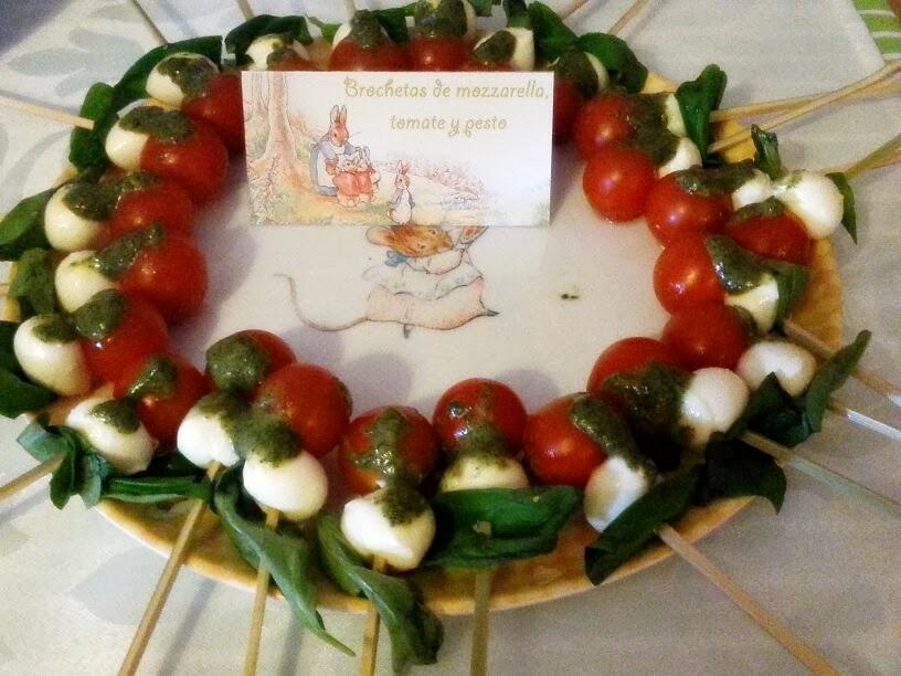 Brochetas de mozzarella, tomate y pesto