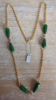 Collar con lágrimas verdes de jade y jade rojo