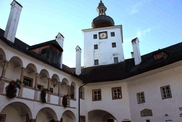 Im Schlosshof des Seeschlosses © Copyright Monika Fuchs, TravelWorldOnline