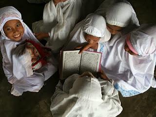 Gadis kecil mengaji (foto wana93.wordpress.com)