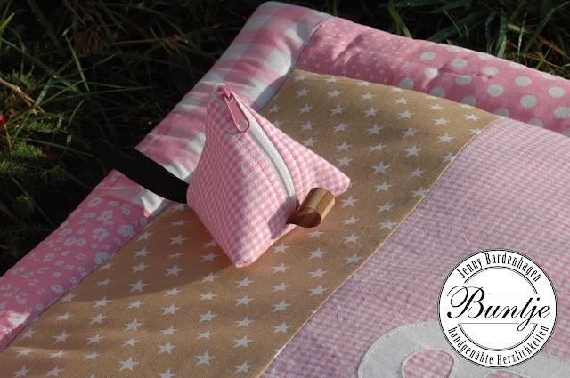 Geschenk Geburt Taufe Mädchen Name Decke Krabbeldecke Kuscheldecke rosa beige taupe Baumwolle Fleece handmade nähen Buntje Schnullertäschchen Kissen