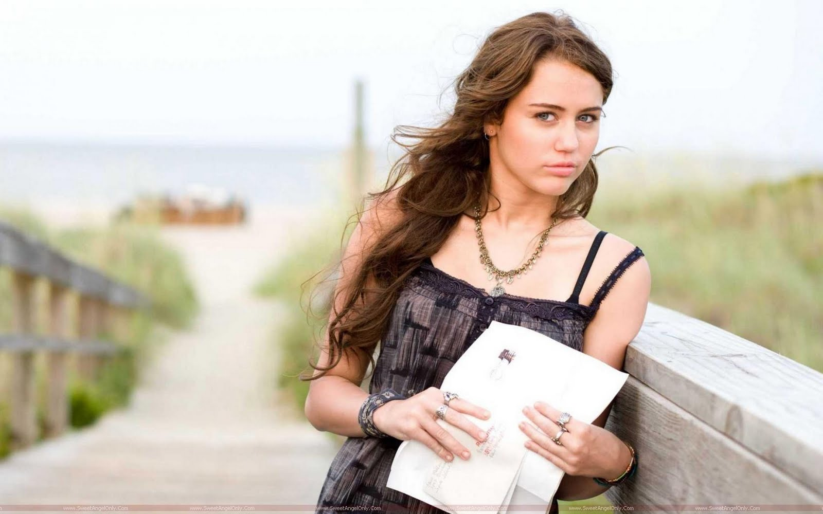 http://2.bp.blogspot.com/-SF6ytdsJkI0/TjgB6ZO6iRI/AAAAAAAAID4/Rov2BeLe4hI/s1600/miley_cyrus_in_the_last_song_movie-1680x1050.jpg