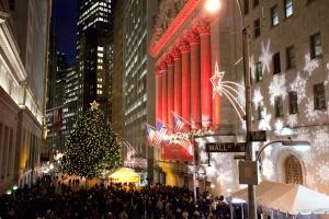 Calle con edificios y arbol de navidad