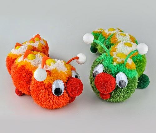 bonequinhos feitos de pompom de lã