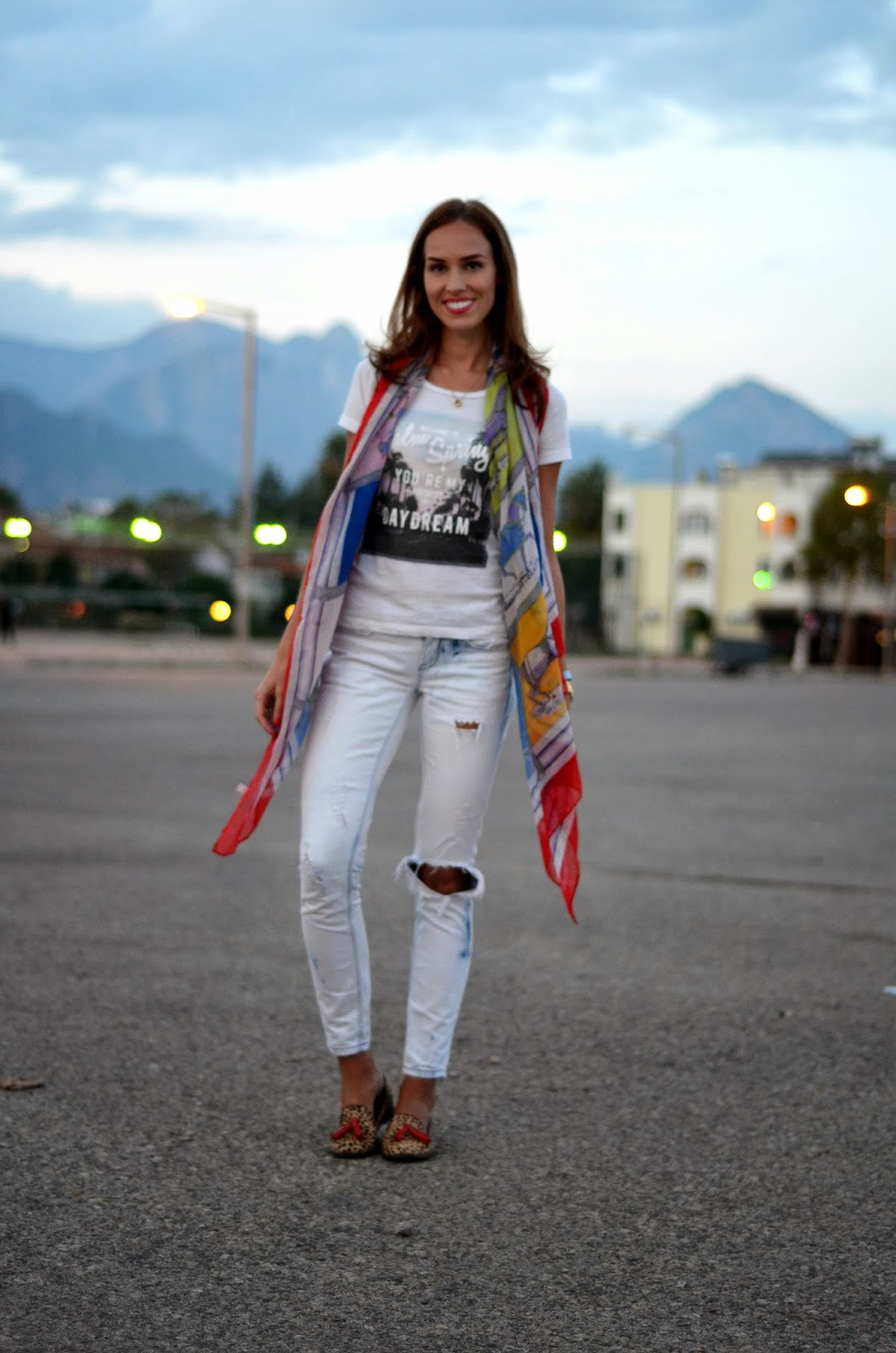 casual-outfit-gina-tricot-jeans-t-shrit-scarf