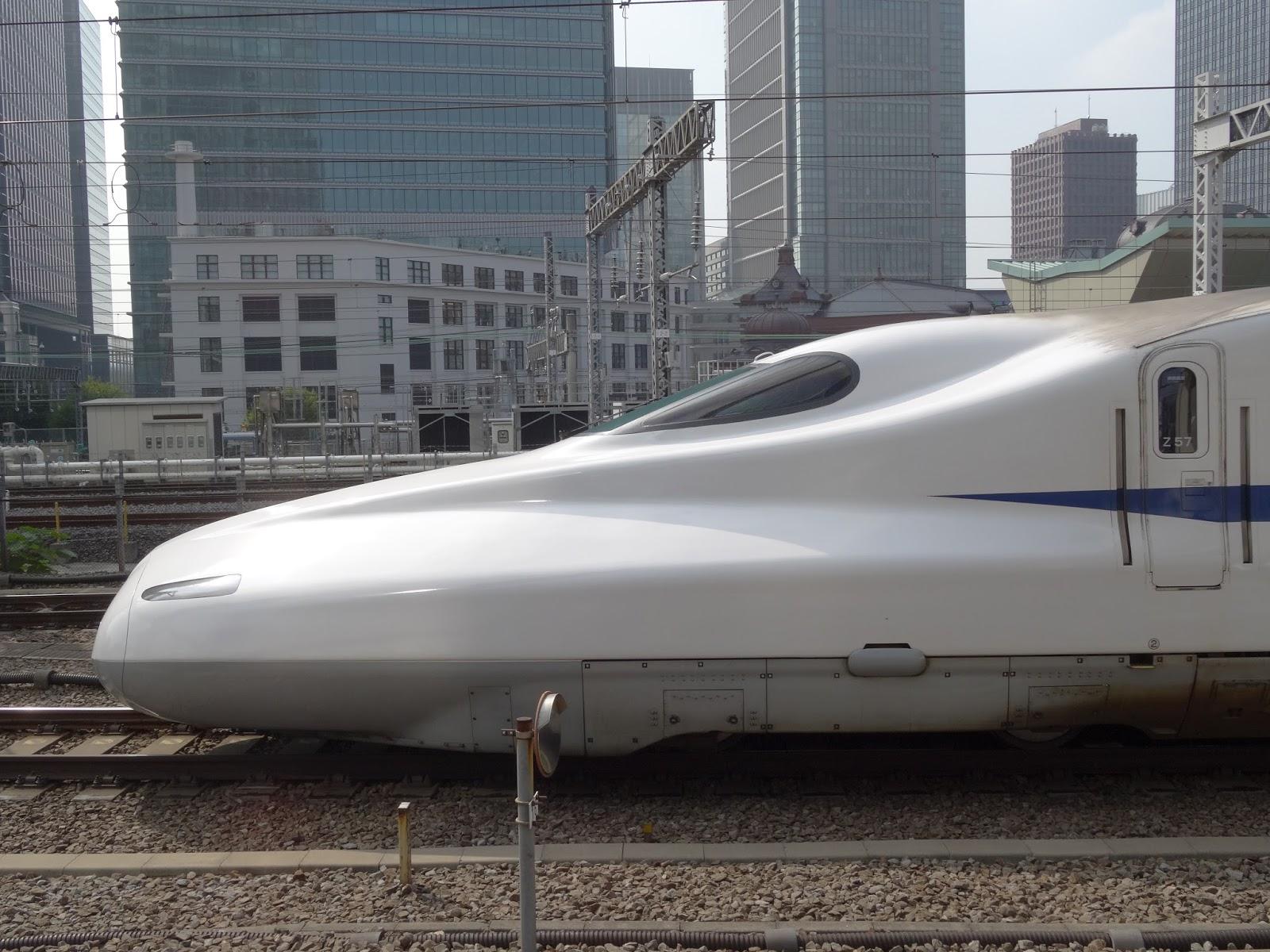 東京駅を発車するN700系
