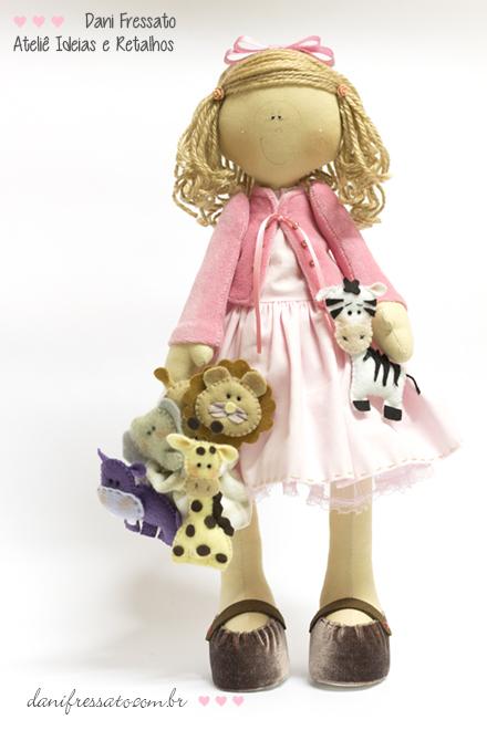 Boneca de Tecido com Sacolinha e Bichinhos de Feltro