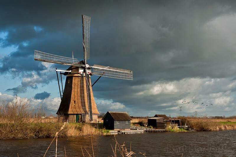 Kinderdijk is just 20 kilometers from Polsbroeka but detour numerous rivers and channels derevenskm roads takes a lot of time, so we got a tip mistress farm and did not go around water hazards via Rotterdam and crossed the valley of the mills on the ferry.