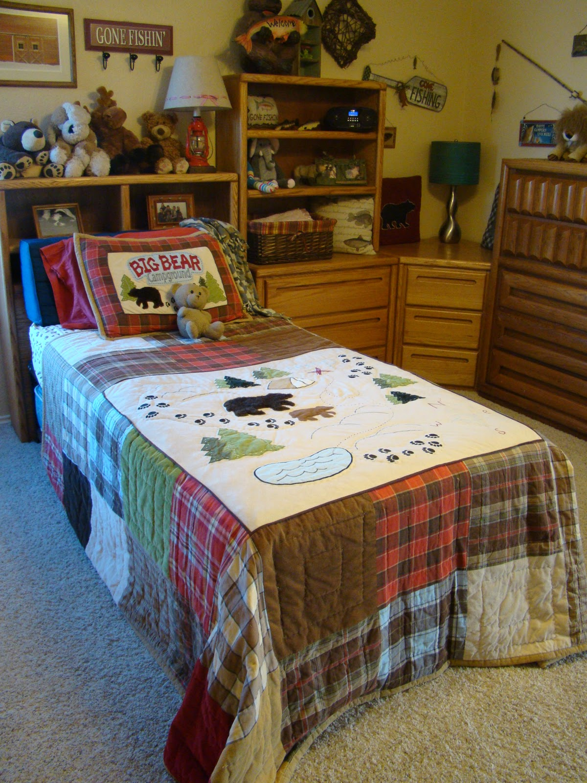 Cabin Theme Rooms http://romanticdomestic.blogspot.com/2011/04/lets-go-fishing.html
