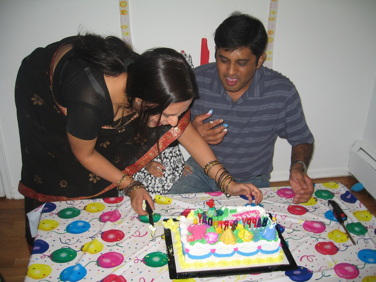 indian-aunty-pallu-drop-in-party-while-cutting-the+-cake.jpg