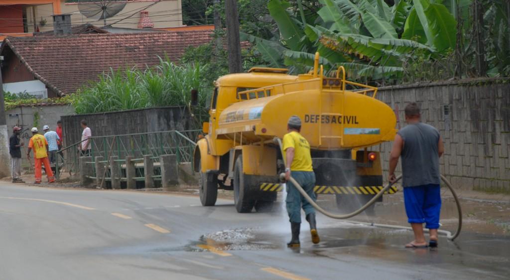 Após a retirada do excesso de lama e areia, os caminhões-pipa seguem lavando as ruas