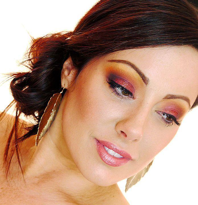 Модный макияж на фото карих глаз Модный макияж на фото карих глаз.