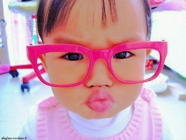 Bébé fille avec lunettes