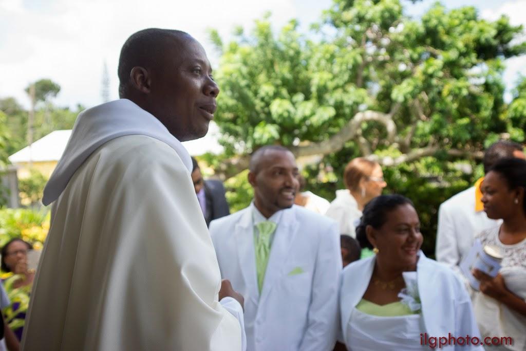 à l'église: on attent l'arrivée de la mariée
