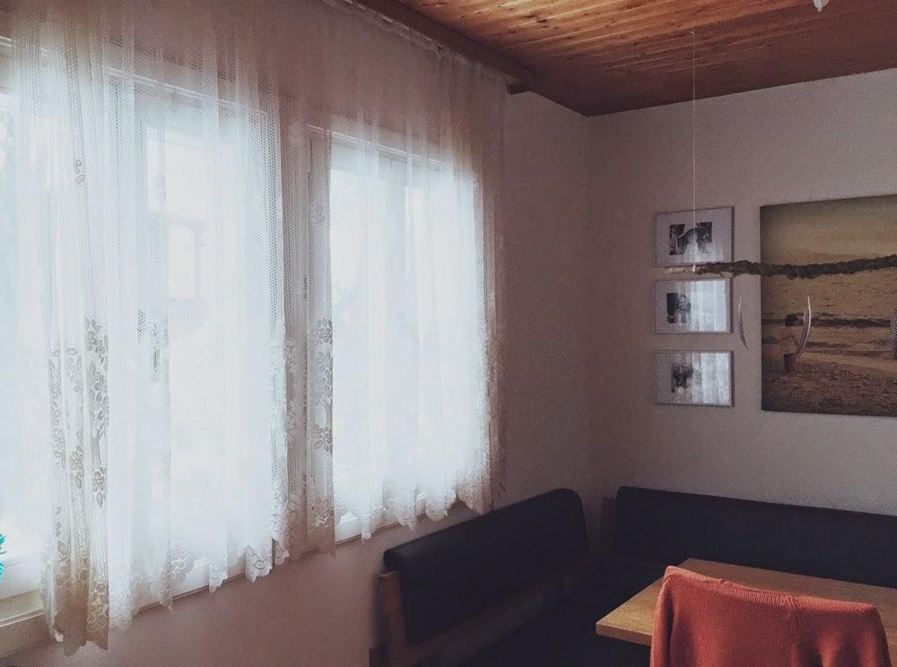 die kunst den alltag zu feiern vorher nachher neue vorh nge f r die k che. Black Bedroom Furniture Sets. Home Design Ideas