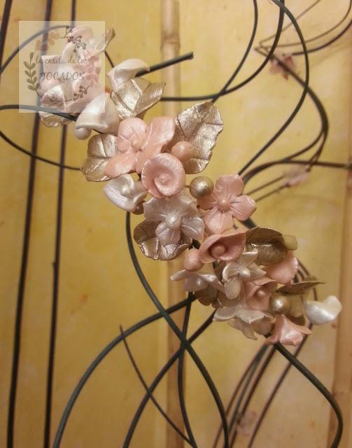 tocado para novia artesanal con hojas, flores y perlitas de porcelana