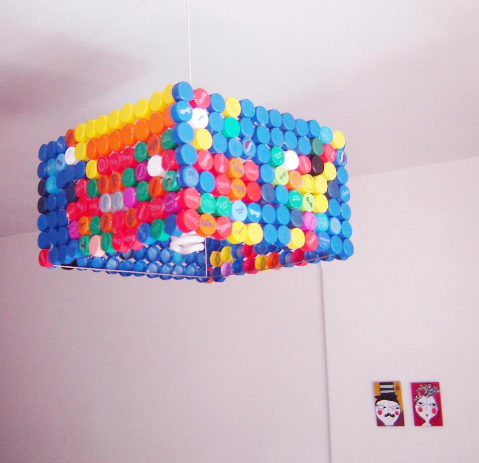 L mpara reciclada con tapitas de botellas construccion y - Manualidades con lamparas ...
