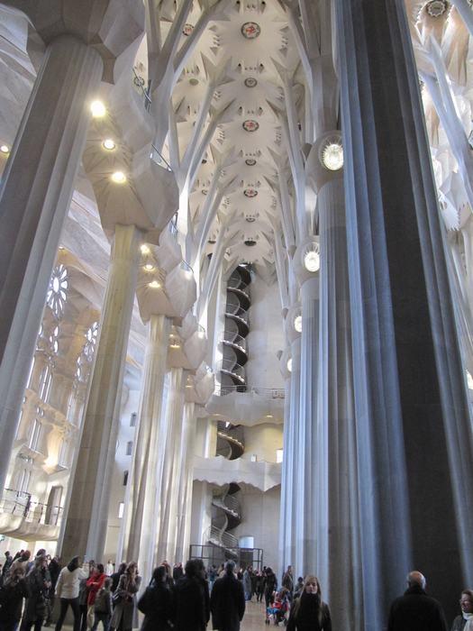 El interior de la sagrada familia nave central y laterales for La sagrada familia interior