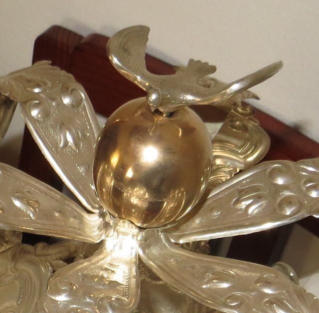 Pormenor da Pomba na Fotografia macro de Coroa do Divino Espírito Santo usadas na forte devoção das Festas do Espírito Santo da Ilha Terceira e outras ilhas açorianas