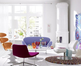 Sala blanca con toques coloridos