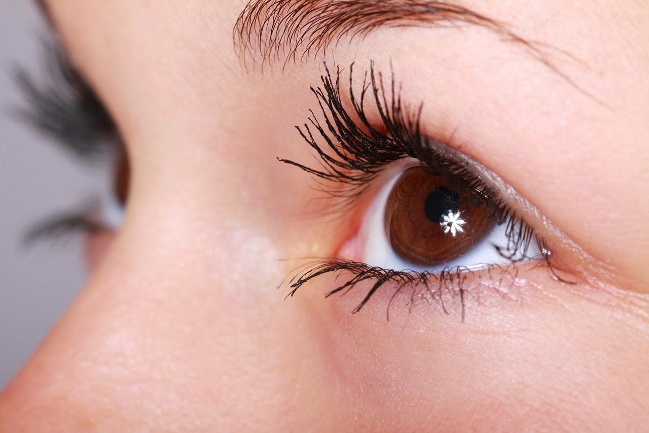 Cirurgia estética das pálpebras - olhos femininos castanhos