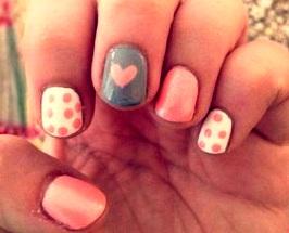 Diseño de uñas de colores por el Día del Amor
