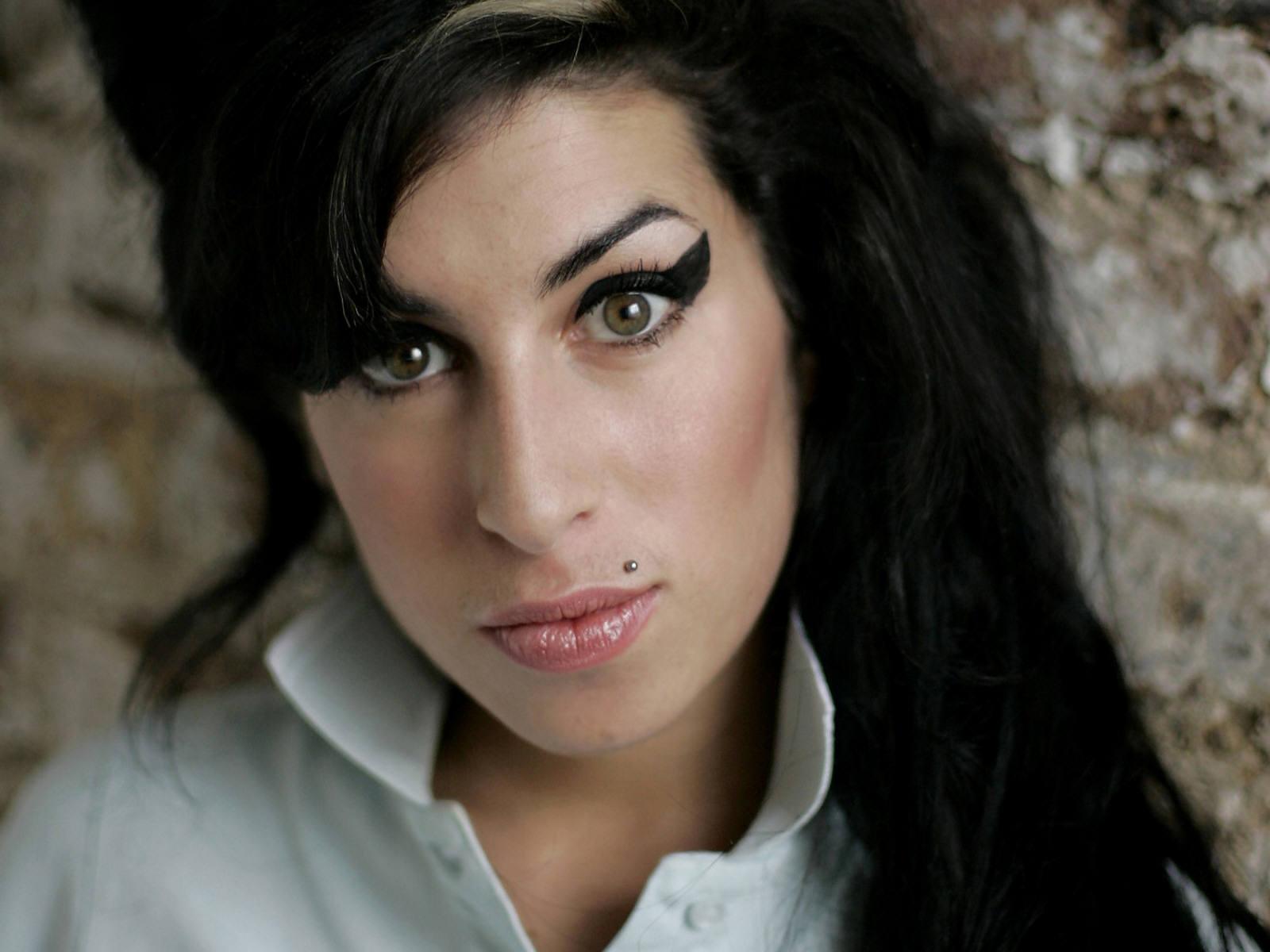 http://2.bp.blogspot.com/-SLATl_Zyel8/Tiu94QGhZtI/AAAAAAAAK_Q/-Vge6t9qgE4/s1600/Amy_Winehouse_1.jpg