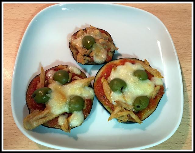 Minipizzas de berenjena en un plato