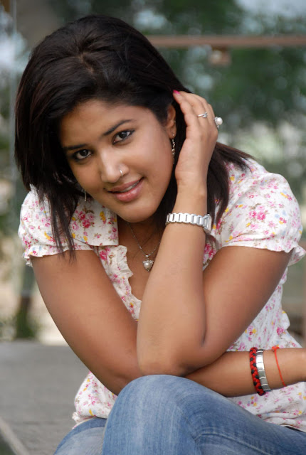 Sowmya In Jeans Cute Wallpapers wallpapers