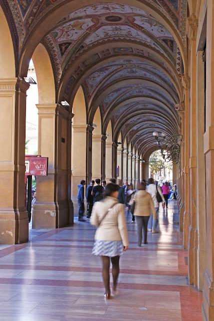 Edificios-porticados-de-Piazza-Cavour-Bolonia-Italia