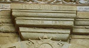 [Terríbilis est locus iste: hic domus Laurentii est, et porta coeli: et vocábitur aula Laurentii.]