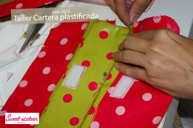 Taller cartera  tela plastificada Sweet sixteen, craft store. Julio 2012. Madrid.