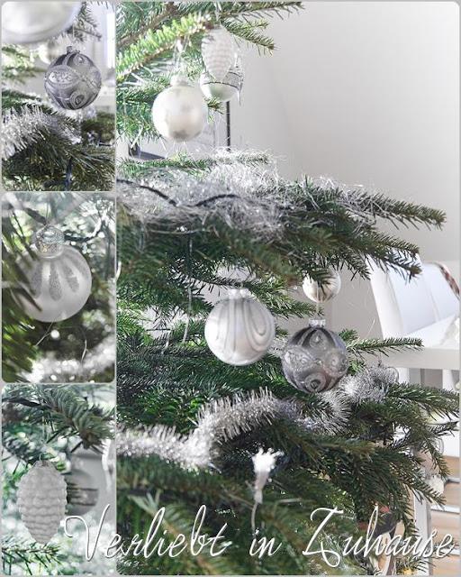 Silberner und weißer Baumschmuck. Zapfenanhänger aus Porzellan.