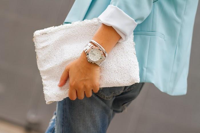 Clutch de lentejuelas blanco de Zara y reloj de Michael Kors