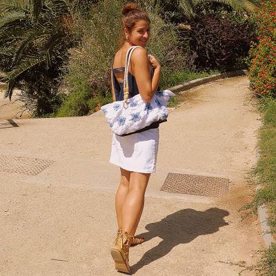 Chica caminando con un bolso de granny square