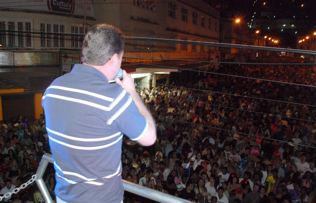 De cima do trio elétrico, Arlei aumentou ainda mais a alegria da multidão anunciando as próximas atrações da Feport e do aniversário da cidade: Gustavo Lima, Charlie Brow Jr. e  Padre Fábio de Mello