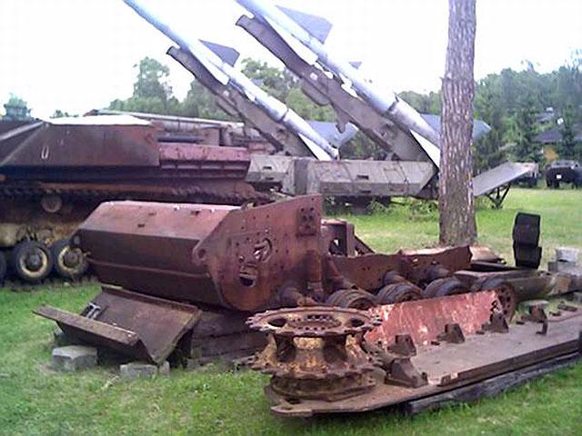Skarżysko-Kamienna, Muzeum Orła Białego. To tu prezentowana jest skorupa denna czołgu STUH 42. W muzeum byłem w sierpniu tego roku - brak jest tabliczki z opisem znaleziska. Czy wrak doczeka rekonstrukcji?