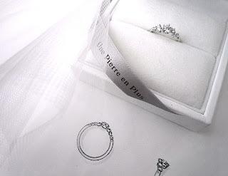 キラキラとするエンゲージリング(婚約指輪)をオーダーした。