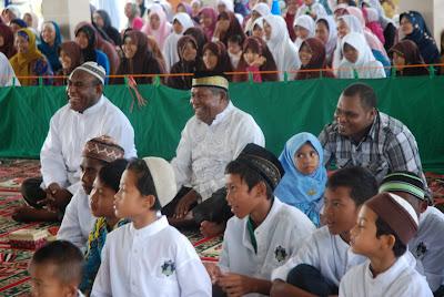 Mualaf Mengucapkan Kalimat Syahadat - Tanda Masuk Islam