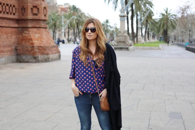 Blusa de lunares y jeans