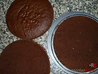 Tarta puro chocolate-bizcocho cortado