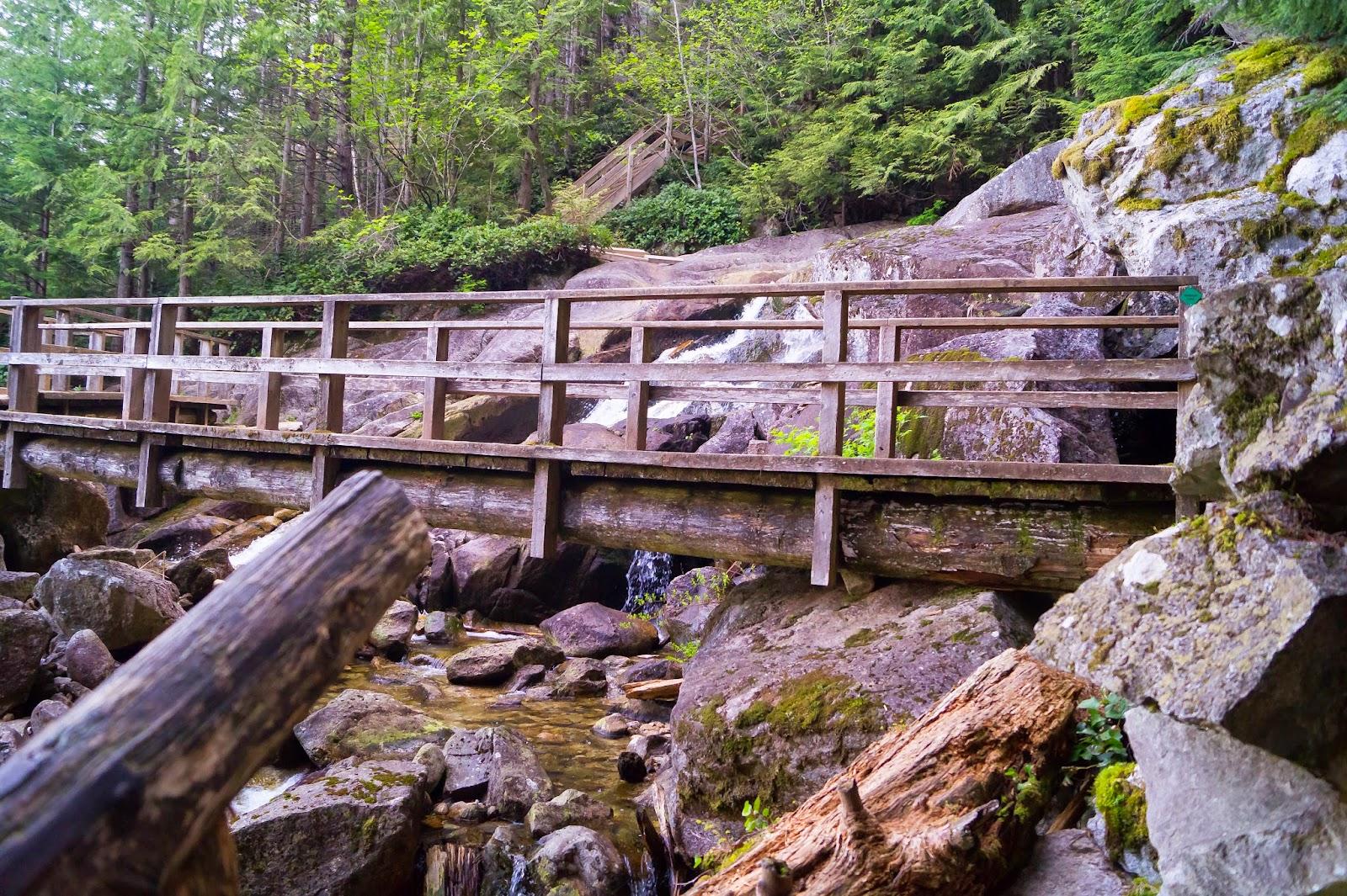 Мост через горный ручей - редкий участок прямой дороги.