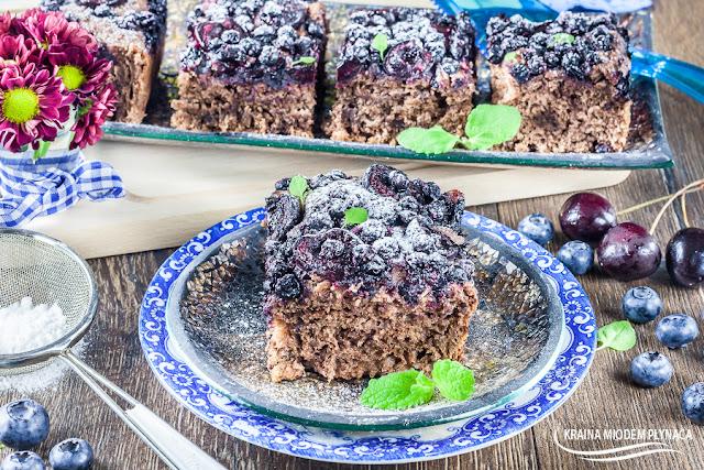 ciasto drożdżowe z owocami, czekoladowe ciasto drożdżowe, ciasto drożdżowe z czekoladą, wypieki drożdżowe, kraina miodem płynąca, ciasto z czarnymi porzeczkami, ciasto z jagodami, ciasto z czereśniami