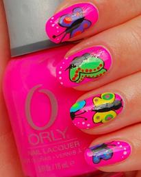 Uñas decoradas color fucsia de base, con diseños de mariposas en todas las uñas con diferentes colores muy llamativos y de temporada.