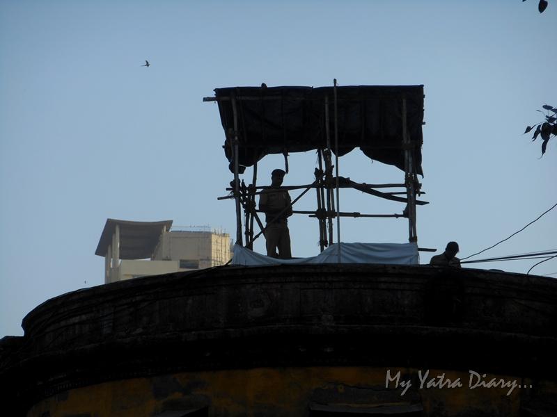 Policeman on duty, Lalbaugcha raja Pandal, Ganesh Pandal Hopping, Mumbai