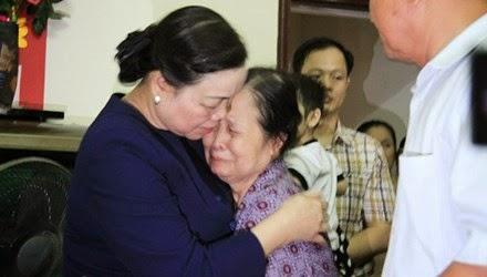 Bí thư T.Ư Đảng, Trưởng ban dân vận Hà Thị Khiết động viên mẹ liệt sĩ Nguyễn Ngọc Thắng