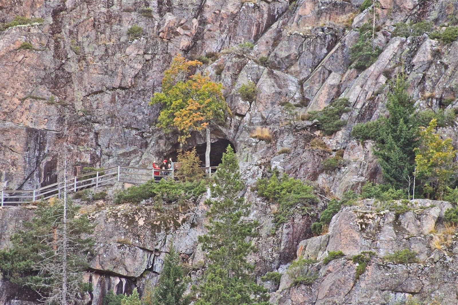 Lapin matka 10 B. Kiipeilymme Skuleberget luolaan kuvattu alhaalta.
