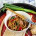Stir-fry z klopsikami i czarnym sezamem